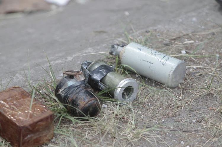 Tres granadas fueron encontradas junto a los explosivos. (Foto Prensa Libre: Érick Ávila)