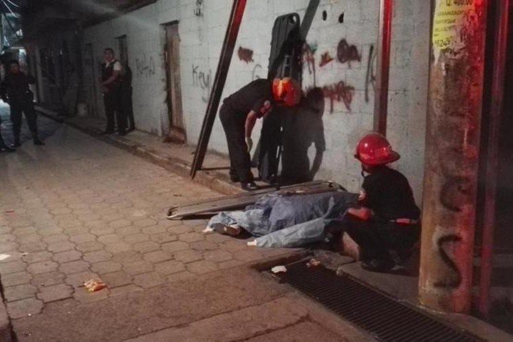 Jeffrey Estuardo Tepeu Pirir de 16 años murió de varios balazos en La Esperanza zona 12, Villa Nueva. (Foto Prensa Libre: CBM)