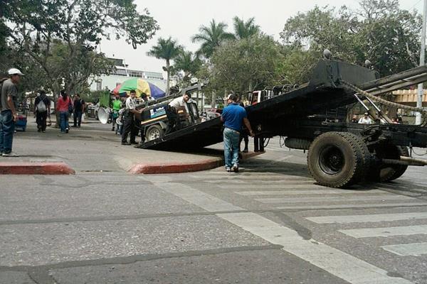 La PNC instaló equipos de iluminación en la Plaza de la Constitución. (Foto Prensa Libre: Andrea Orozco).