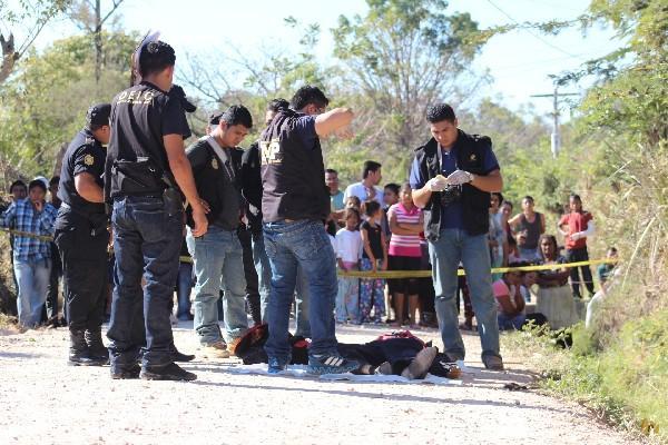 Curiosos observan  el cadáver  de Linares.