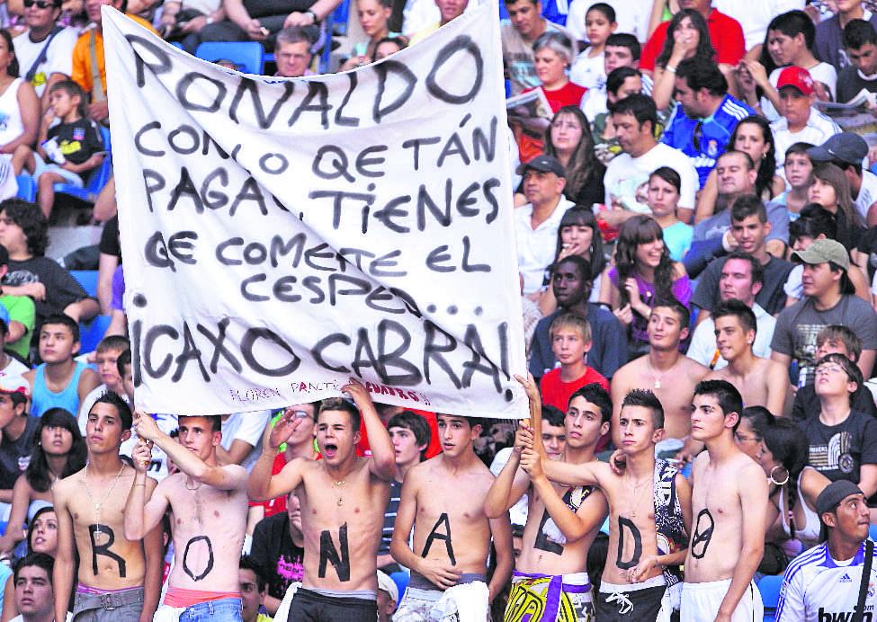 """Los seguidores del Real Madrid exigieron  resultados a Cristiano Ronaldo, expresado : """"Ronaldo, con lo que te pagan tienes que comerte el césped..."""" .7/7/2009 (Foto: Hemeroteca PL)"""