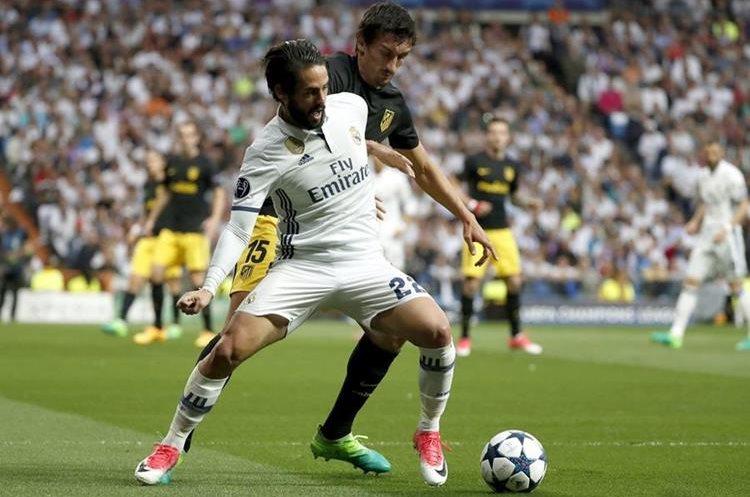 Isco Alarcón disputa el balón con el defensa  del Atlético de Madrid Stefan Savic.