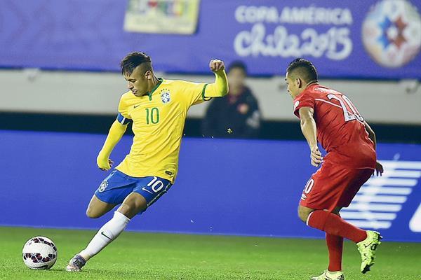 Neymar fue elegido como el mejor jugador del encuentro de ayer frente a Perú. (Foto Prensa Libre: AFP)