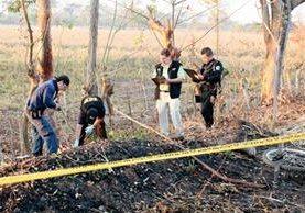 Fiscales del  Ministerio Público inspeccionan el lugar donde fue arrollado  un jornalero, en la ruta a Champerico, Retalhuleu. (Foto Prensa Libre: Rolando Miranda)