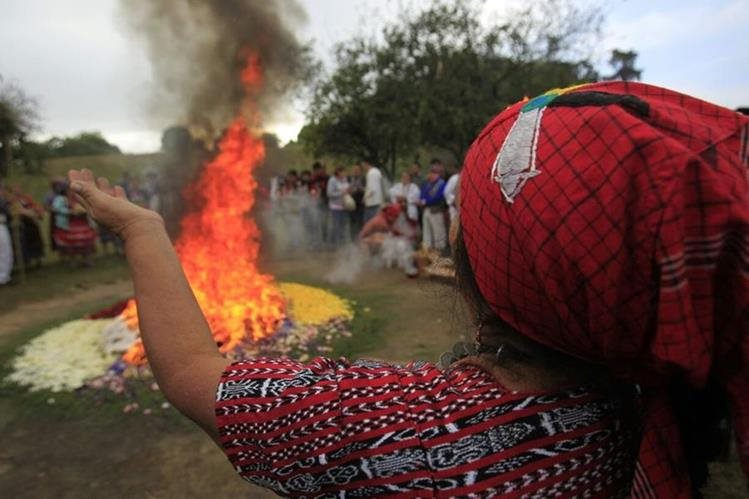 Ceremonia maya realizada en el sitio arqueológico Kaminal Juyú por los 20 años de la firma de la paz. (Foto Prensa Libre: Carlos Hernández)