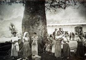 Una estampa añeja de Palín, mujeres al pie de la ceiba. Foto de principios del siglo XX. (Foto: CIRMA)