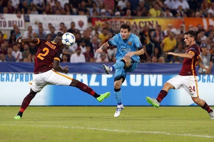 Messi intenta quedarse con el balón ante la marca de Antonio Ruediger y Alessandro Florenzi(Foto Prensa Libre: AP)