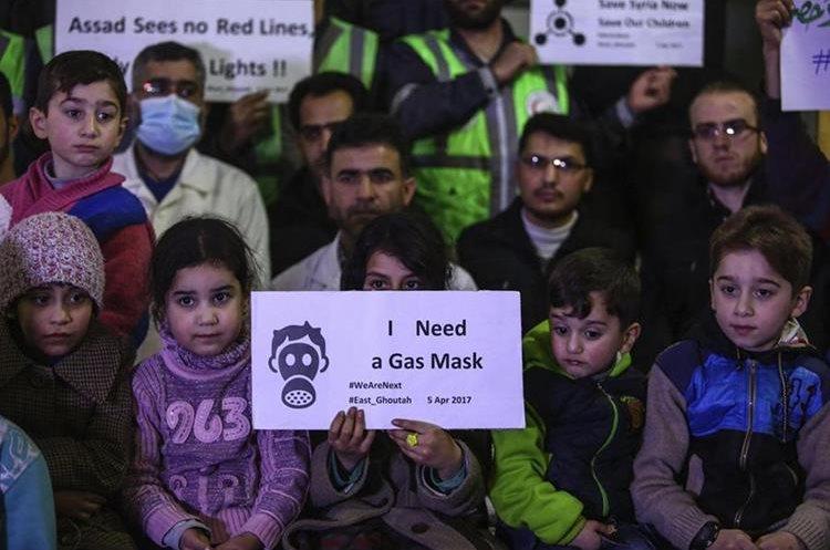 Niños sirios, junto con voluntarios y médicos piden protección luego de mortífero ataque.