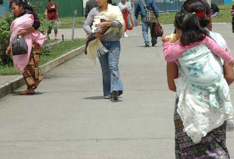 En el hospital de Chimaltenango es común ver a madres jóvenes que acuden a los servicios de pediatría, ginecología,   maternidad y control postnatal.