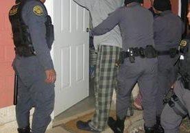 Custodios del Sistema Penitenciario realizan una requisa en la carcel Mariscal Zavala. (Foto Prensa Libre: SP)