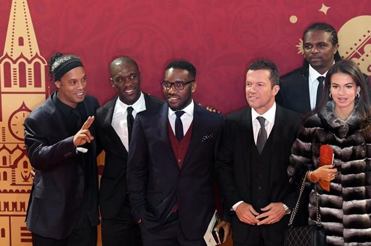 Las estrellas Ronaldinho (i), Clarence Seedorf y Nwankwo Christian Kanu, Lothar Matthäus, entre los asistentes (Foto Prensa Libre: AFP).