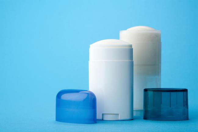 Es importante observar que los desodorantes no contengan sales de aluminio.