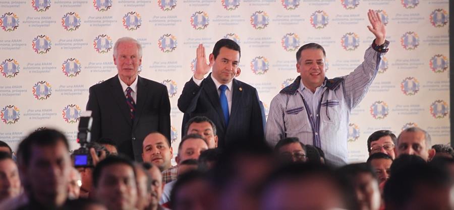 El presidente Jimmy Morales —al centro— y los alcaldes Álvaro Arzú y Edwin Escobar saludan, en reunión de la Anam. (Foto Prensa Libre: Hemeroteca PL)