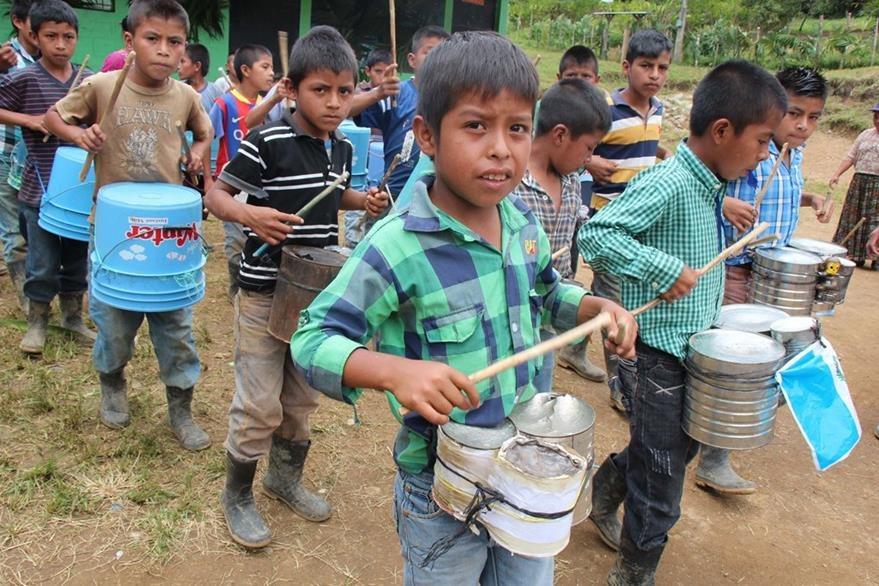 Niños de la escuela de Sejol se preparan para desfilar el 15 de septiembre. (Foto Prensa Libre: Eduardo Sam).