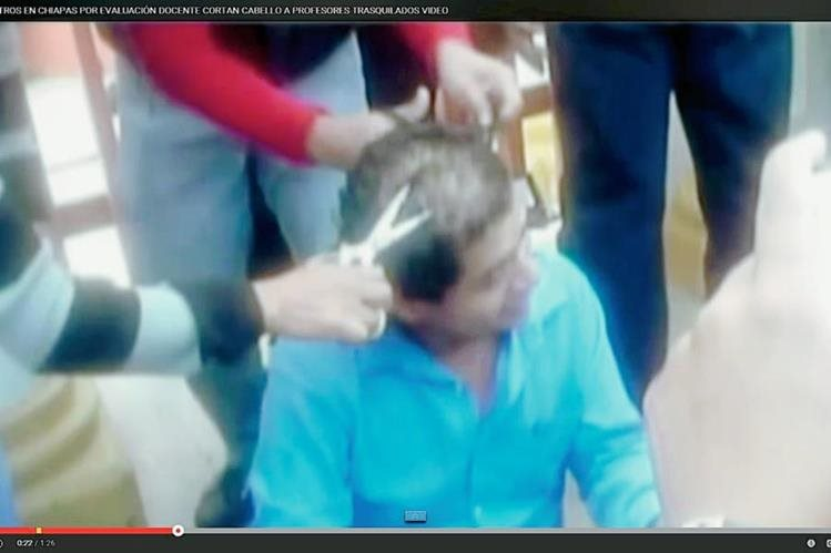 En Youtube han circulado fotografías de maestros que sufren los abusos de sus colegas que se oponen a las pruebas de conocimiento. (YouTube).