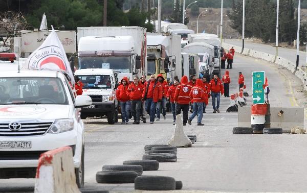Un convoy de 50 camiones con ayuda espera en las afueras de Madaya.