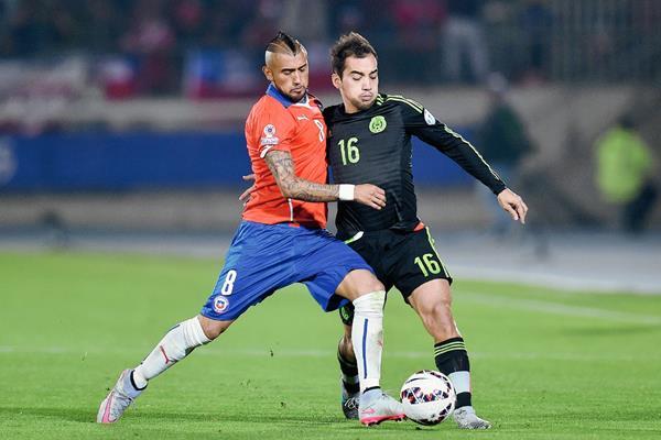 Aldrete en una acción con Vidal en el partido ante Chile. (Foto Prensa Libre: AFP)