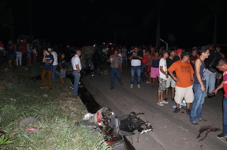 Una de las motocicletas que fue arrollada por el tráiler quedó en la cuneta. (Foto Prensa Libre: Enrique Paredes).