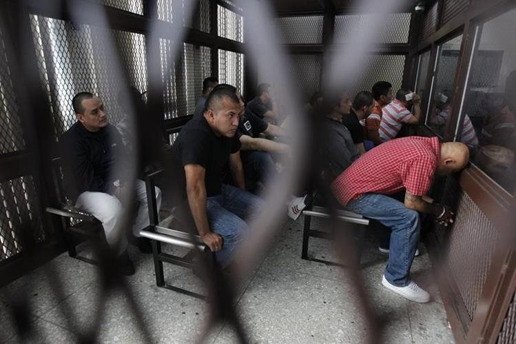 Los integrantes de la banda del Bam Bam escuchan la sentencia condenatoria en les impuso el Tribunal de Mayor Riesgo A. (Foto Prensa Libre: Paulo Raquec.