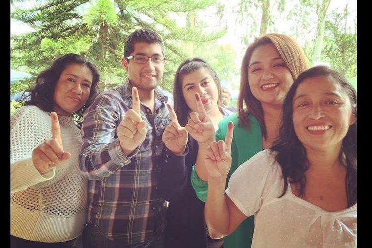 <em>La red social Twitter fue una de las plataformas más usadas para compartir imágenes de los dedos marcados con tinta indeleble. (Foto Prensa Libre: @maxxitoo).</em>