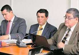 Érick Santiago De León –camisa amarilla al centro–, habría ofrecido rebajar una multa de Q93 millones a Kern´s, a cambio del 10% de comisión. (Foto Prensa Libre: Hemeroteca PL)
