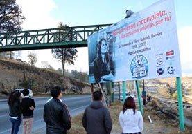 Con la colocación de vallas, sectores exigen el esclarecimiento de la muerte de Vilma Gabriela Barrios López, en Quetzaltenango. (Foto Prensa Libre: Carlos Ventura)