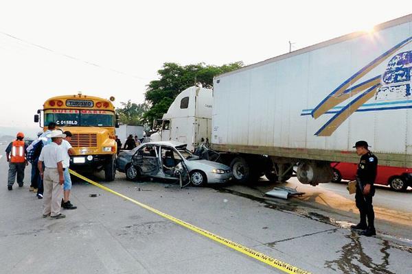 Agentes de  la PNC acordonan el área donde tres vehículos colisionaron y murió una persona, en Sanarate, El Progreso. (Foto Prensa Libre: Héctor Contreras)