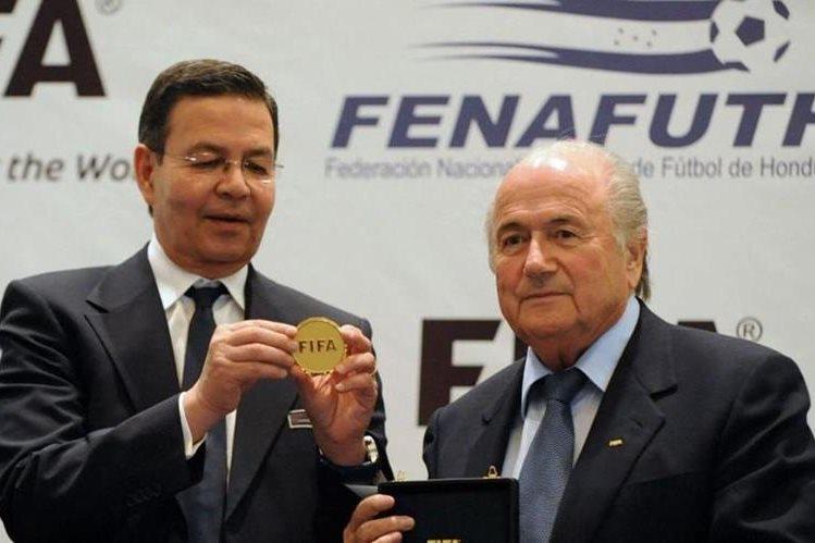 Rafael Callejas, expresidente hondureño y máximo dirigente de futbol de ese país, junto al suizo Joseph Blatter. (Foto Prensa Libre: Hemeroteca)