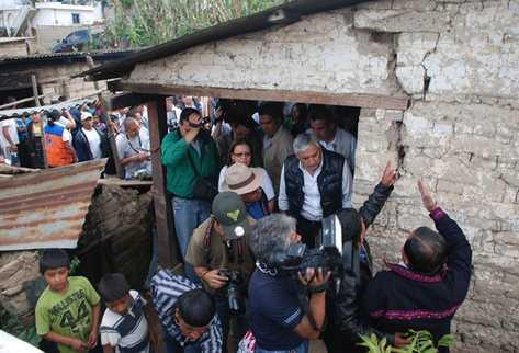 Gobernante, funcionarios y vecinos observan daños en una casa de adobe en Nahualá. (Foto Prensa Libre: Angel Julajuj)