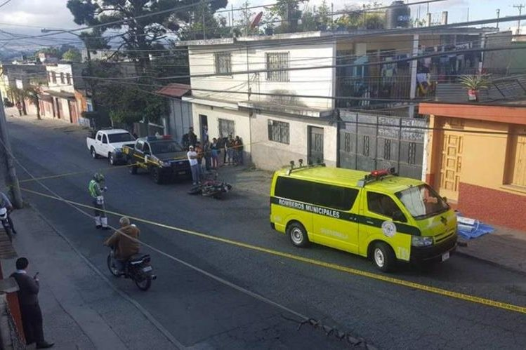 Los cuerpos quedaron cerca de una motocicleta abandonada. (Foto Prensa Libre: Cortesía)