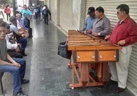 La marimba Alba Leticia se presenta en el Paseo de la Sexta, zona 1 capitalina. (Foto Prensa Libre: Edwin Pitán)