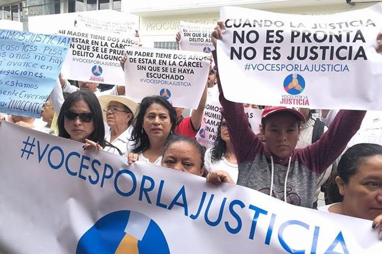 Familiares de médicos, enfermeras y otros procesados por el caso Igss-Pisa, protestan frente a la PDH. (Foto Prensa Libre: Esbin García)