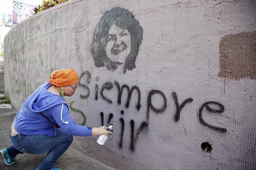 Una activista hace una pinta de Berta Cáceres en una calle de Tegucigalpa. (Foto Prensa Libre: AP).