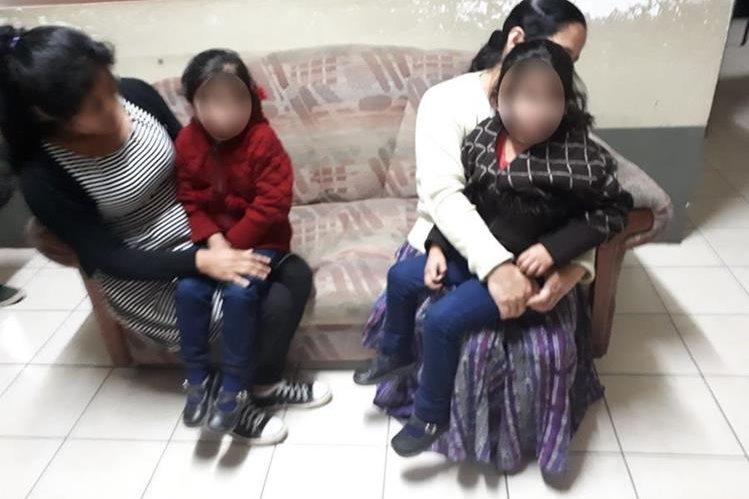 Las niñas fueron rescatadas sanas y salvas. (Foto Prensa Libre: PNC).