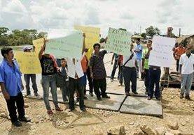 Pobladores de Sayaxché toman el ferry para exigir cierre de empresa de palma africana que contamina río La Pasión. (Foto Prensa Libre: Rigoberto Escobar)