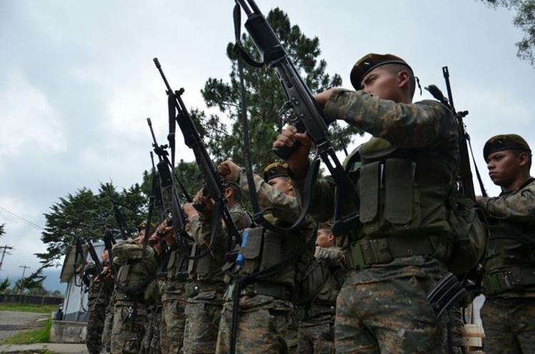 Soldados de Huehuetenango y Suchitepéquez fueron enviados a la Brigada de Operaciones de Montaña, donde reciben instrucciones.