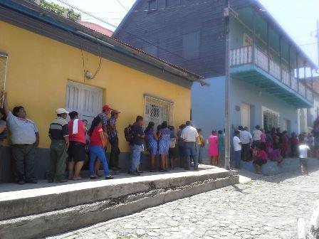 En distintos municipios de Petén miles de ciudadanos buscan empadronarse. (Foto Prensa Libre: Rigoberto Escobar)