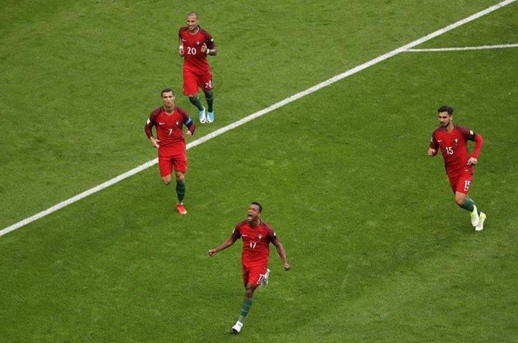 Nani festejó después de anotar, pero segundos después el gol fue anulado. (Foto Prensa Libre: AP)