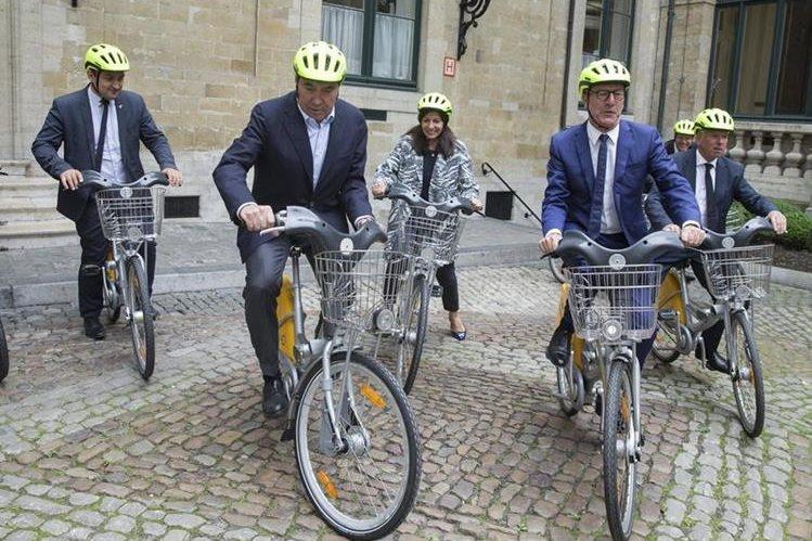 La leyenda belga del ciclismo, Eddy Merckx, la alcaldesa de París, Anne Hidalgo y el alcalde de Bruselas, Yvan Mayeur, montan en bicicleta tras asistir a una rueda de prensa para presentar el Tour de Francia de 2019 en Bruselas. (Foto Prensa Libre: EFE)