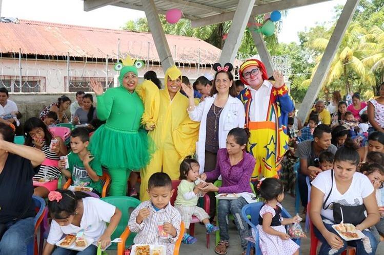 Medicos, enfermeras y personal administrativo se disfrazaron para agasajar a los pacientes de la pediatría del IGSS de Puerto Barrios, Izabal. (Foto Prensa Libre: Dony Stewart)