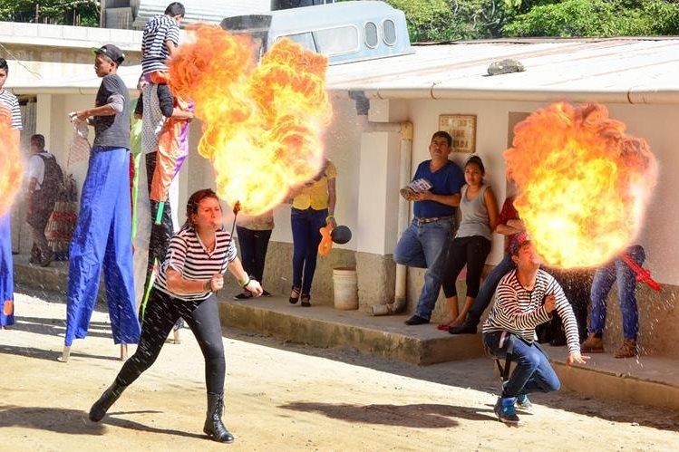 Vecinos de Santa Cruz El Chol, Baja Verapaz, disfrutan de espectáculos durante desfile de inauguración de la feria. (Foto Prensa Libre: Carlos Grave)