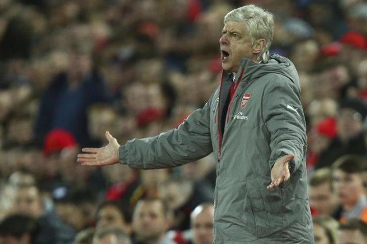 Arsene Wenger ha sido duramente criticado por dejar en el banquillo de suplentes al chileno Alexis Sánchez. (Foto Prensa Libre: AP)