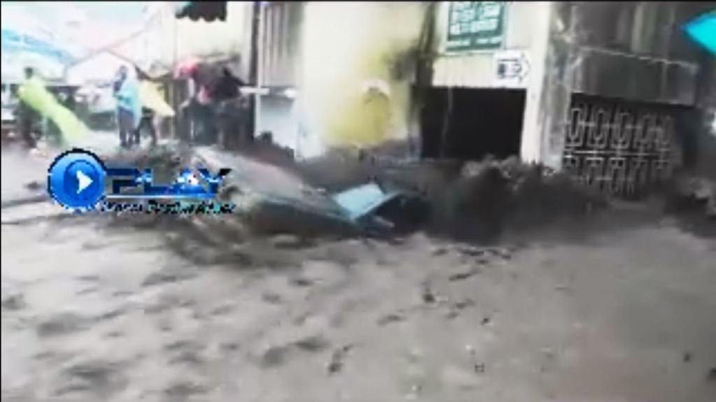 """Momento en que el picop fue """"devorado"""" por un tragante cerca del mercado de Almolonga. (Foto Prensa Libre: Facebook)"""