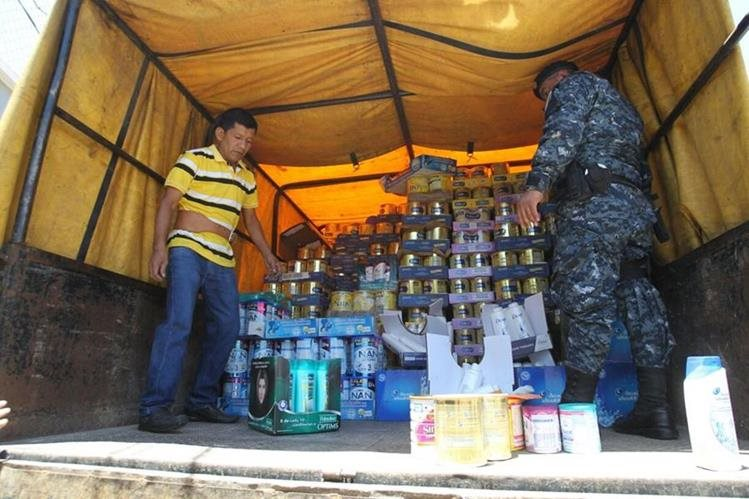 La policía coordina el traslado del producto a la aduana de la SAT, en la zona 11. (Foto Prensa Libre: Érick Ávila)