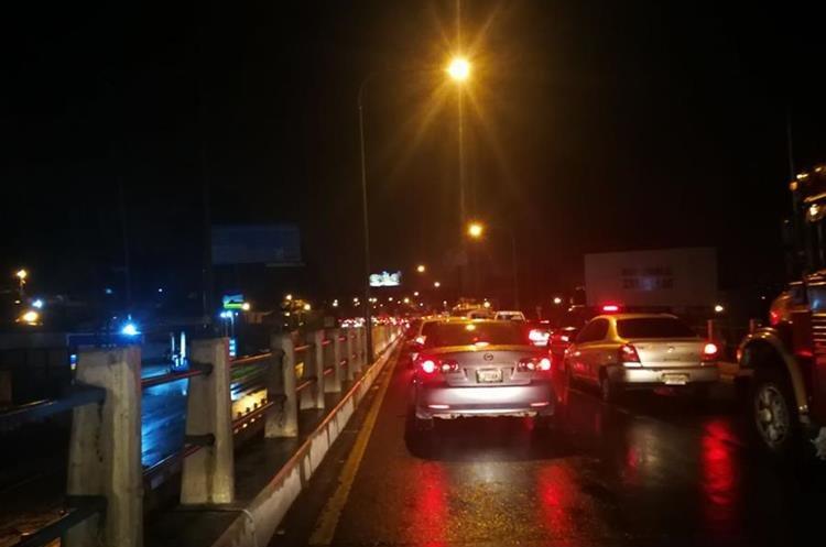 Largas colas de vehículos se observan en la ruta Interamericana. (Foto Prensa Libre: Estuardo Paredes)