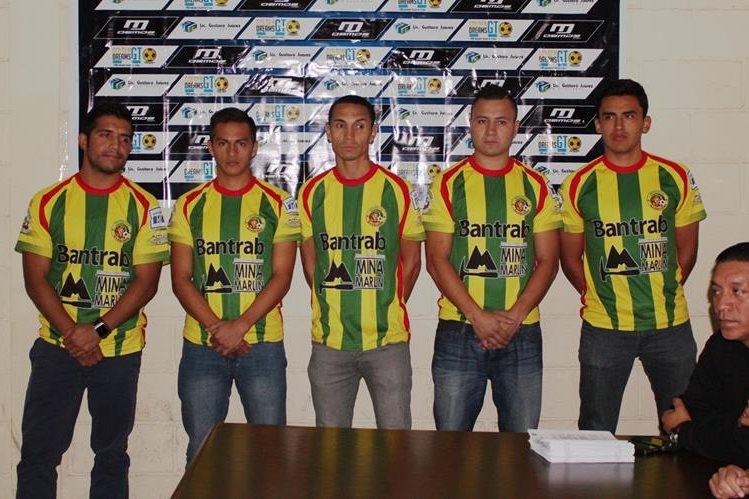 Los nuevos jugadores de Marquense posan para las cámaras en su presentación. (Foto Prensa Libre: Aroldo Marroquín)