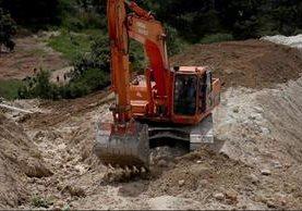 Desde hace un mes maquinaria trabaja en el basurero y nadie da razón de quien es el propietario. (Foto Prensa Libre: Mike Castillo)
