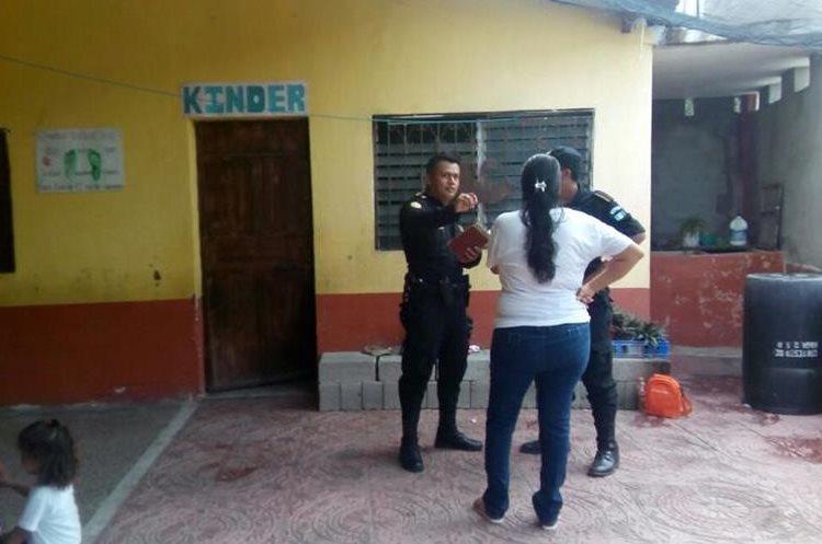 Agentes de la Policía Nacional Civil investigan el robo en la Escuela Oficial de Párvulos de La Fragua, Zacapa. (Foto Prensa Libre: Mario Morales)