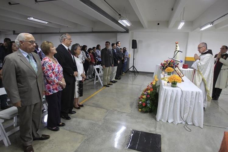 El Consejo de Administración de Prensa Libre y colaboradores participan en misa de acción de gracias oficiada por el sacerdote Álvaro Mejía. (Foto Prensa Libre: Edwin. Bercián)