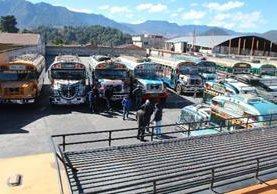 <p>Unidades del  servicio  extraurbano permanecen en estacionamiento, en Totonicapán.</p>